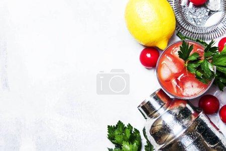 Foto de Alcohol de Bloody Mary coctel con tomate, jugo de limón, salsa picante, apio y vodka, fondo gris, se ve desde arriba - Imagen libre de derechos