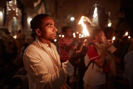 Photo pour Vrindavan, 22 octobre 2016 : Un groupe de personnes offre le feu au temple, à Vrindavan, UP - image libre de droit