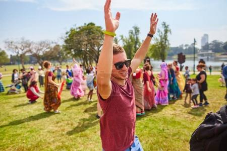 Photo pour Ramat Gan - 15 avril 2017 : Des gens heureux dansent dans le parc pendant le festival Hare Krishna à Ramat Gan, Israël - image libre de droit