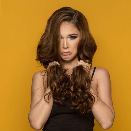 Photo pour Portrait en gros plan de belle femme brune avec expression sur fond jaune . - image libre de droit