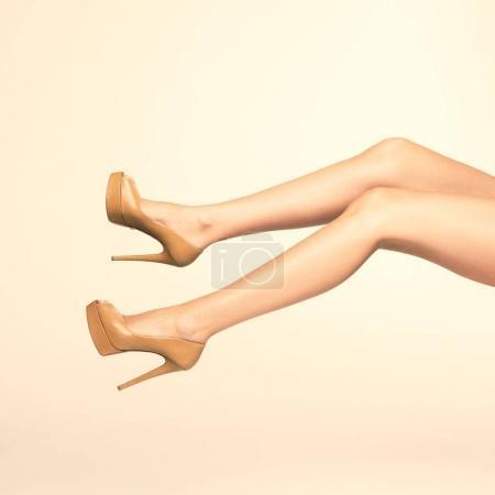 Photo pour Gros plan photo de belles jambes de femme avec des chaussures sur des talons hauts - image libre de droit