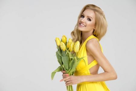 Chica rubia en vestido amarillo