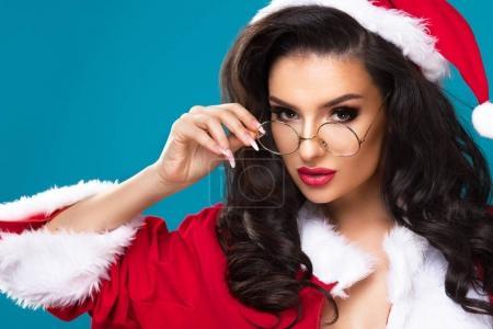 Photo pour Belle femme heureuse dans les vêtements du Père Noël - image libre de droit