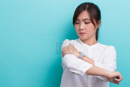 Photo pour Femme a mal au bras - image libre de droit