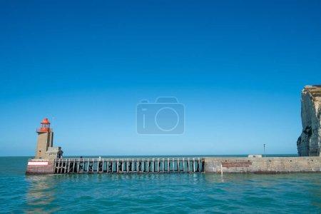 Photo pour Phares et orientation à l'entrée du port de Fecamp, Seine-Maritime, Normandie, France, Europe sur la côte normande dans la Manche au printemps - image libre de droit