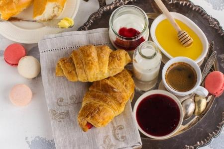 Photo pour Petit déjeuner français traditionnel avec café et croissants - image libre de droit