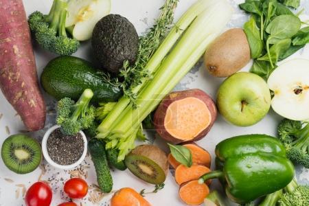 Foto de Frutas verdes y vegetales sobre fondo blanco. Comer saludable vitamina o concepto de la dieta alcalina. Copia espacio - Imagen libre de derechos