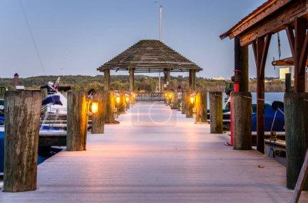 Photo pour Quai vide sur la rivière Potomac au crépuscule. Alexandria, VA . - image libre de droit