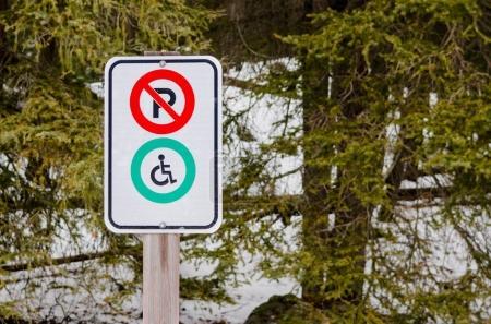 Photo pour Signe de stationnement dans un parc en disant que le stationnement est interdit sauf pour les handicapés - image libre de droit