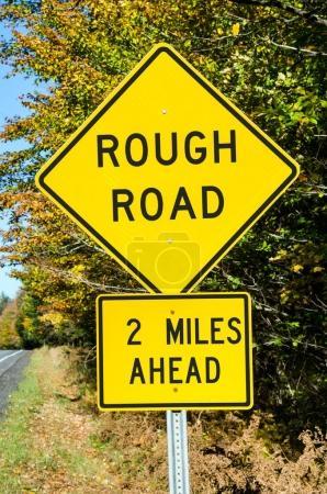 Photo pour Panneau de signalisation jaune sur une route de campagne mettant en garde contre Rough Road . - image libre de droit