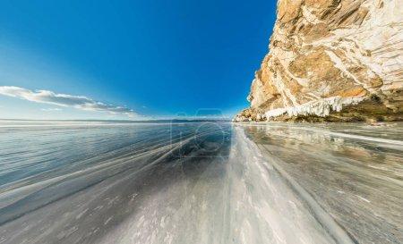 Photo pour Roche sur l'île d'Olkhon sur la glace du lac Baïkal couverte panoramique grand angle. - image libre de droit