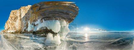 Photo pour Couvert de roche sur l'île d'Olkhon sur la glace du lac Baïkal cylindrique panorama 360. - image libre de droit