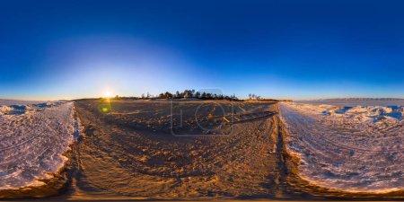 Photo pour 360 180 sunrise panorama bordent la plage de sable et de glace du lac Baïkal. - image libre de droit