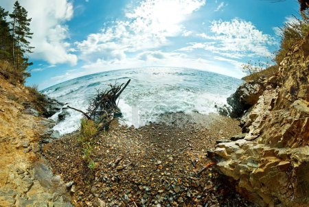 Photo pour SnagIt en vagues et éclaboussures sur une plage de galets du lac Baïkal fisheye. - image libre de droit