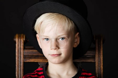 schöner kleiner Junge mit schwarzem Zylinder