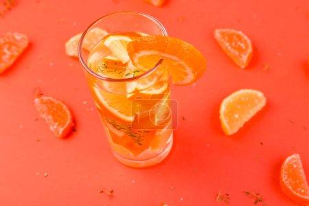 Foto de Naranja fruta coctel, desintoxicación agua sobre fondo naranja. Horario de verano - Imagen libre de derechos