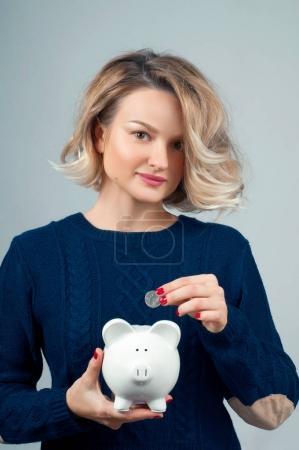 Photo pour Femme tenue tirelire. Économies de budget financier, concept d'investissement intelligent - image libre de droit