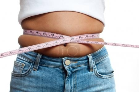 Photo pour Femme en surpoids avec ruban à mesurer autour de la taille. Femme gros ventre en surpoids - image libre de droit