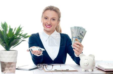Photo pour Femme d'affaires tient tas de billets d'argent et de petite voiture - image libre de droit