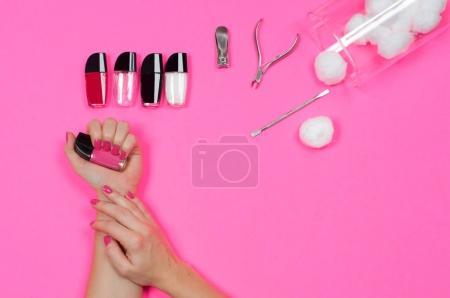 Photo pour Manucure et soins des ongles. Belles mains féminines avec vernis à ongles rose - image libre de droit