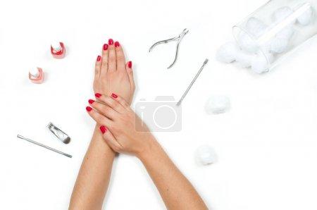Photo pour Manucure et soins des ongles. Belles femelles mains avec manucure rouge - image libre de droit