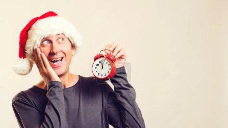 Photo pour Choqué Santa helper avec réveil. Joyeuses fêtes de Noël. Grande vente de Noël commencer. Bonne année. Rabais de Noël - image libre de droit