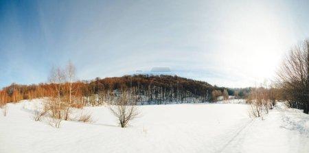 Photo pour Belle journée ensoleillée d'hiver dans la nature. Paysage enneigé d'hiver. Ciel bleu dans les montagnes d'hiver. Temps givré et ensoleillé. Vacances d'hiver - image libre de droit