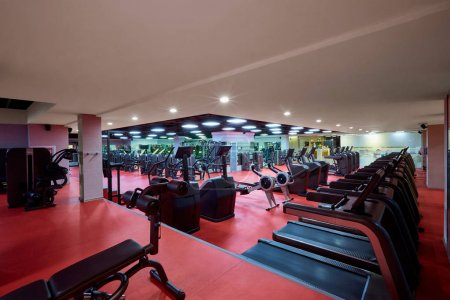 Photo pour Équipement de simulateurs de sport à l'intérieur de la salle de gym . - image libre de droit