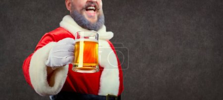 Père Noël avec une tasse de bière à la main à Noël .