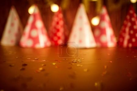 Photo pour Fond d'anniversaire en or et étoiles. Casquettes festives en flou . - image libre de droit