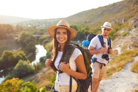 Photo pour Couple de randonnée heureux avec sac à dos sur la randonnée dans la nature.Backpacker camping voyage concept - image libre de droit