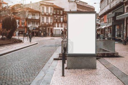 weiße leere Informationsbanner-Attrappe auf der Straße