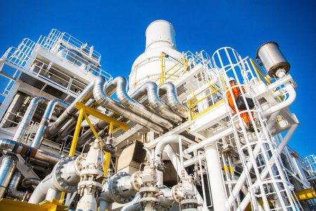 Photo pour Échappement du moteur à turbine à gaz sur la plate-forme pétrolière et gazière offshore Échappement de la tour de refroidissement de l'usine pétrolière et gazière, refroidissement des gaz chauds dans le processus de production et turbine SKID par système de tour de refroidissement - image libre de droit