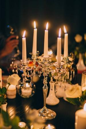Photo pour Table décorée de mariage avec bougies et fleurs - image libre de droit