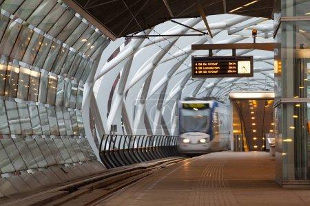 Photo pour Tram flou dans le centre-ville de La Haye, Pays-Bas - image libre de droit