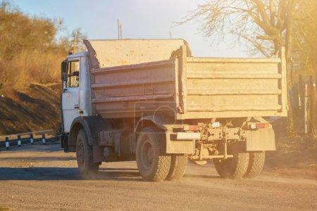 Foto de El viejo camión de basura ruso detrás, en rayos de la puesta del sol para cualquier propósito - Imagen libre de derechos