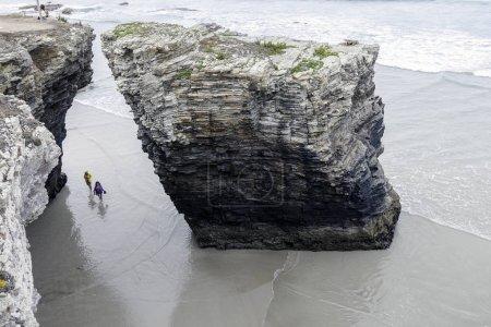 Photo pour D'intérêt touristique international est la forte montée et la chute des marées sur la plage des cathédrales . - image libre de droit