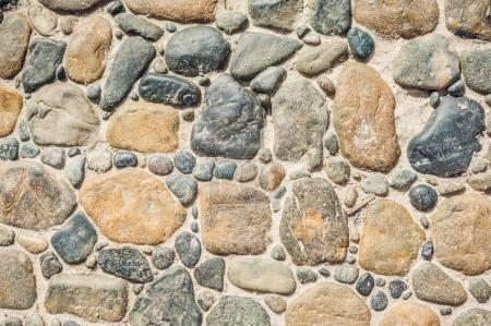 Photo pour Pavés en pierres rondes et chemin de béton. Peut être utilisé comme texture ou fond - image libre de droit