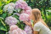 Junge Frau mit Hortensien blühen