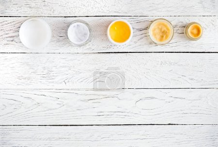 Draufsicht auf Wellness-Kosmetik, Körper- und Pflegecremegläser