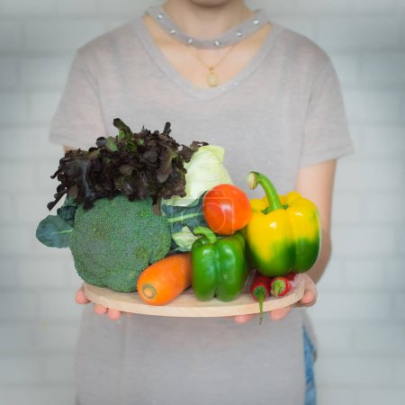 Photo pour Une sélection de légumes frais pour une alimentation saine pour le cœur comme recommandé par les médecins et les professionnels de la santé - image libre de droit