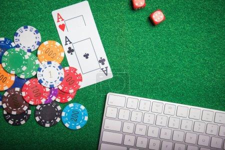 Photo pour Les jetons et les cartes de jeu sur un tissu vert Casino table - image libre de droit