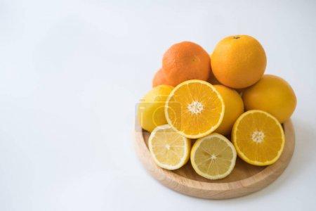 Photo pour Orange avec demi gros plan sur une planche en bois - image libre de droit