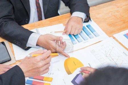 Photo pour Réunion de gens d'affaires pour discuter et consulter sur les plans futurs de leur travail ensemble - image libre de droit