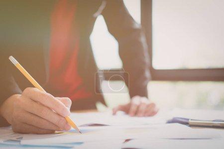 Foto de Reunión de empresarios para debatir y consultar sobre los planes futuros de su trabajo conjunto - Imagen libre de derechos