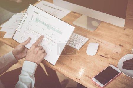Photo pour Calcul du coût d'affranchissement d'un petit paquet, préoccupations des petites entreprises pour les achats en ligne - image libre de droit