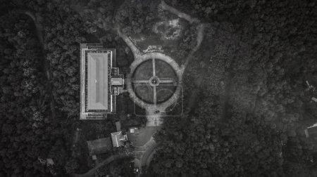 Photo pour Vue aérienne de dessus vue de dessus de la route à travers les arbres, - image libre de droit