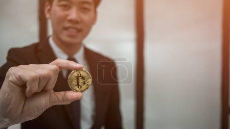 Photo pour Homme d'affaires tenant Bitcoin pièce d'or, concept de commerçant d'affaires - image libre de droit