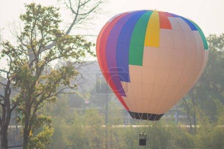 Foto de Globo de aire caliente colorido en el cielo - Imagen libre de derechos