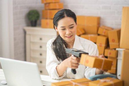 Photo pour Jeune femme asiatique ont une petite entreprise, faire des ventes en ligne - image libre de droit